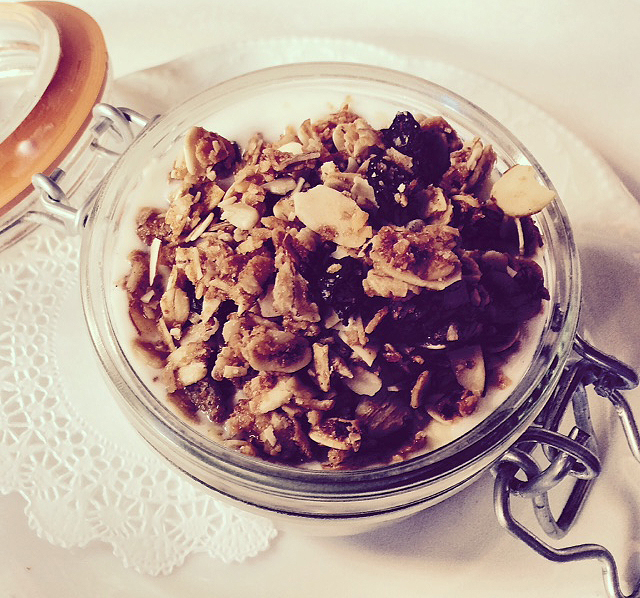 Granola & yogurt parfait